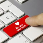 結婚のきっかけは「職場恋愛」が第2位!職場での脈ありサイン教えます!